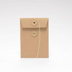 Brauner Briefumschlag mit Schnur, 114 x 162 mm